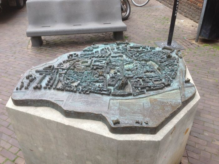 Plattegrond Deventer in brons